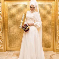 """598 Likes, 24 Comments - Gelinlik Kaftan Abiye (@dilamedmoda) on Instagram: """"Düğün gününüzü Rahat Şık Ve Sade geçirmek isteyenlerdenseniz bu gelinliğimiz tam size göre…"""""""