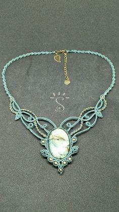 je vous présente aujourd'hui un joli collier very d eau réalisé en micro macramé avec du fil ciré, un cabochon en labradorite naturelle et des perles tchèques vert de gris.   - 19157964