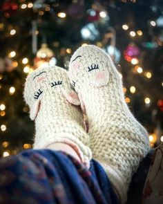 Uncomfortably cold feet will be a thing of the past this winter, thanks to these unbelievably cozy foot warmers. New Year's Eve 2019, Diy Cadeau Noel, Foot Warmers, Stress, The Ultimate Gift, Cold Feet, Kit, Christmas Pictures, Knitting Socks