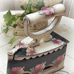Antique Iron, Vintage Iron, Antique Lamps, Painted Milk Cans, Diy Para A Casa, Shabby Chic Decor, Shabby Chic Furniture, Antique Sewing Machines, Rose Decor