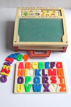 Cute educational toy with magnetic letters, chalk board, etc. My mom still has this and now the grandkids play with it. 💛 toys 25 Juguetes que demuestran que Fisher Price es el dueño de tu infancia 90s Childhood, My Childhood Memories, Sweet Memories, Childhood Images, Retro Toys, Vintage Toys, Vintage Cartoon, Vintage Music, Vintage Stuff