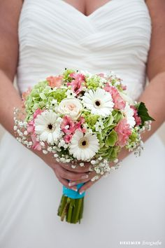 Multicolour and classic wedding bouquet with wedding flowers! Gerbera Wedding, Small Wedding Bouquets, Orange Wedding Flowers, Bride Bouquets, Bridal Flowers, Gerbera Daisy Bouquet, Pink Gerbera, Bouquet Wedding, Wedding Cake