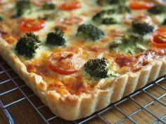 Parsakaali-pekonipiirakka on aivan ihana suolainen piirakka, joka maistuu juhlissa ja arkena! Leivo herkullinen piirakka irtopohjavuokaan! Healthy Cooking, Vegetable Pizza, Quiche, Tart, Nom Nom, Good Food, Food And Drink, Snacks, Breakfast