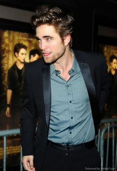 Robert Pattinson at the premiere of New Moon, New York City, November 2009.  (click to view full-size - large file)