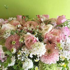 spring. pink. white. green. arrangement. flower atelier Loto.