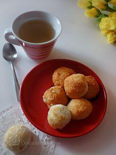 Addolciamo l'ora del  tè con questi dolcissimi biscotti al cocco facili e veloci. We sweeten tea time with these sweet coconut biscuits quick and easy. :)