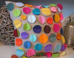 Regenbogen Disc Kissen auf weiß von harperjanssen auf Etsy