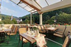Im Sommer haben Sie auf unserer Talblickterrasse einen herrlichen Blick durch das idyllische Elsterbachtal bis auf die Weinberge von Johannisberg. Restaurant, Patio, Table Decorations, Outdoor Decor, Furniture, Home Decor, Terrace, Wine Vineyards, Summer