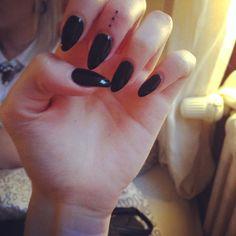 Doties  #spontan #tattoo #dots #fingertattoo #pain #tattooparty