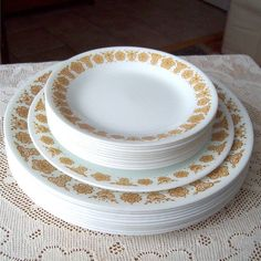 I have these passed down from my grandmother. I Corelle! I have these passed down from my grandmother. I Corelle! Vintage Dinnerware, Vintage Kitchenware, Vintage Pyrex, Corelle Patterns, Corelle Dishes, 70s Decor, Tropical Backyard, Clean Eating Chicken, Butterfly Gold