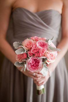 los ramos de novia pueden ser coloridos, como este en tonos rosa y malva, también puedes dejar a un lado las rosas y poner flores menos vistas pero igual de elegantes