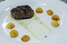 Medalhão de filé mignon ao molho gorgonzola e batata sauté | Medallion of filet mignon in gorgonzola sauce and sautéed potatoes