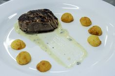 Medalhão de filé mignon ao molho gorgonzola e batata sauté | Medallion of filet mignon in gorgonzola sauce and sautéed potatoes