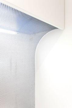 Tôle perforée courbée diffusant la lumière provenant d'un fluo Curved perforated sheet diffusing light fluo