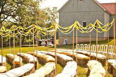 ceremonia llena de balas de paja y cintas en tonos amarillos y blancos
