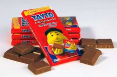 Limited Edition in Ireland: Tayto Milk Chocolate with Cheese and Onion Potato Chips. Is it your favorite new snack? Cheese And Onion Crisps, Milk And Cheese, Potato Chip Flavors, Potato Chips, Irish Potatoes, Chips Brands, Weird Food, Scary Food, Snack Recipes