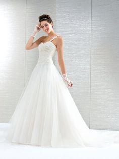 elegantes und trotzdem verspieltes Brautkleid mit einem Träger und Tüllrock. Corsage ist mit Spitzenapplikationen versehen