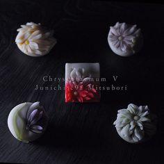 """一日一菓 「針切菊五種盛」 煉切 製 wagashi of the day """"Chrysanthemum Ⅴ"""" 本日は針切菊五種盛のGSです。 針切りシリーズ一旦終結です。 自分の中では玉華寂菓に次ぐ、 今年のお気に入りシリーズとなりました。 もっともっと派生する幅のある技法だと思います。 次回は鋏菊サイズでの造形にtryしてみたいと思います。 本日都内の勉強会にて披露させて頂きましたが、 もぅ少しブラッシュアップして極めたい技法です。 今天是""""针切菊五项盛""""的GS。 针切割机系列,一旦被终止。 它仅次于""""玉華寂菓""""是我的, 这一年你最喜欢的系列。 我认为这是与衍生越来越多宽的技术。 下一次我想尝试,试图打造铗菊大小。 今天,但是我被允许在日本东京学习会炫耀, 莫〜U这是你要非常有一点点刷上去的技术。 Aujourd'hui ..."""