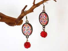 Boucles bronze cabochon ovale vitrail perle strass rouges Bijoux Design, Bronze, Crochet, Creations, Pendant Necklace, Jewelry, Red Rhinestone, Vintage Earrings, Stained Glass