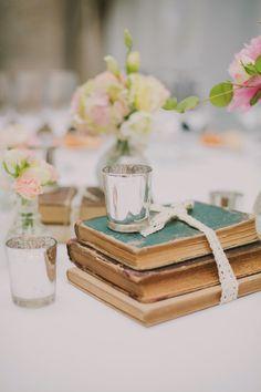 Centro de mesa boda con libros antiguos http://bodascondetalle.blogspot.com.es/2015/01/fotografos-bodas-valencia-love-me-tender-photo.html