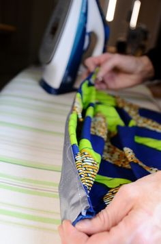 Issue 1 - English Version Tutorial how to make an African print pencilskirt! In sisterMAGTutorial how to make an African print pencilskirt! In sisterMAG Sewing Tutorials, Sewing Projects, Sewing Patterns, Diy Clothing, Sewing Clothes, Fashion Sewing, Diy Fashion, African Print Fashion, African Prints
