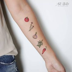 Para as cozinheiras e cozinheiros de plantão morrerem do coração.🍅🌶 Feita para minha amiga e super chef @gracozinha Tomate, tomilho, alho,… Food Tattoos, Baby Tattoos, Time Tattoos, New Tattoos, Small Tattoos, Tomato Tattoo, Cooking Tattoo, Vegetable Tattoo, Culinary Tattoos