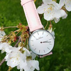 Marine nous donne son avis sur la craquante ⌚ Swan Amore ❤ «Je la trouve très élégante et parfaite à porter au quotidien. Je vois la vie en rose... 🌸» Shop la tienne sur ➡ lenyharper.com