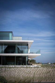 Arne Jacobsen - Triplex : 3 levels of Beauty Life Estate, Modern House Facades, Walter Gropius, House Elevation, Eero Saarinen, Facade House, Modern Exterior, Alvar Aalto, Bauhaus