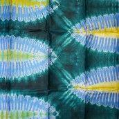 Pièces de tissu africain en bazin damassé et teint à la main avec des couleurs bleu, gris vert et jaune au motif FEUILLE DE PALMIER
