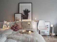 Februar-Inspiration: Wohnen in Weiß   Foto: Mitglied easyinterieur #allwhite #schlafzimmer #bedroom #rosa #eames #chair #poster #white #scandi #scandinavian #interior #lights #candles #fairylights