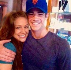 Melissa and Grant << that Mets hat tho Grant Gustin Glee, The Flash Grant Gustin, The Cw Shows, Dc Tv Shows, Melissa Benoist Glee, Glee Rachel And Finn, Series Dc, Melissa Benoit, Kara Danvers Supergirl