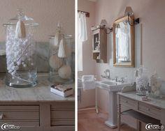 Bocaux en verre 'Chehoma' posés sur un meuble de toilette chiné, appliques 'Pomax'