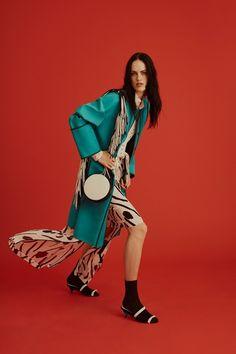 Guarda la sfilata di moda Diane von Furstenberg a New York e scopri la collezione di abiti e accessori per la stagione Pre-Collezioni Autunno-Inverno 2017-18.