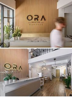 a new modern hostel arrives in bangkok thailand, wood logo wall reception desks Modern Reception Desk, Reception Desk Design, Hotel Reception, Reception Seating, Salon Reception Area, Reception Counter, Office Entrance, Office Lobby, Office Interior Design