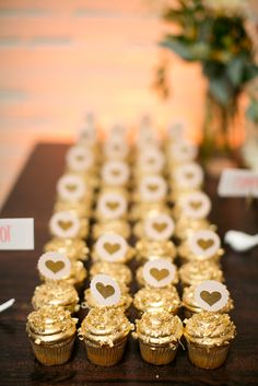 Glamorous Gold Cupcakes | Photo: Heather Roth Fine Art Photography | Cupcakes: Jilly's |