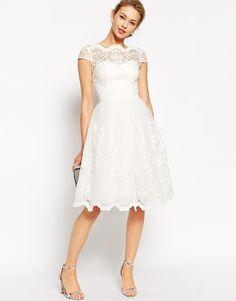 Image 1 - Chi Chi London - Robe de bal de fin d'année mi-longue en dentelle de haute qualité avec encolure style Bardot