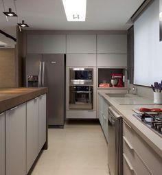 Cozinha em tom neutro com torre de eletros