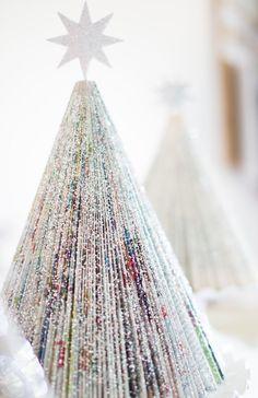 sapins magnifiques pailletés à partir de papier journal plié et décoré de paillettes