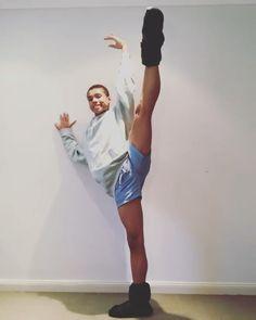 Flexibility Dance, Gymnastics Flexibility, Black Dancers, Male Ballet Dancers, Amazing Gymnastics, Gymnastics Videos, Dancing Drawings, Contortionist, Cheer Dance