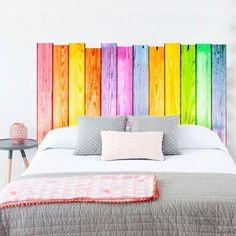 Tête de lit en palette colorée et vitaminée