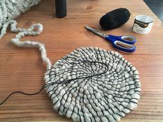 L'escargot commence à ressembler à l'assisse du tabouret... Creations, Diy, Beanie, Hats, Snail, Stool, Home, Bricolage, Hat