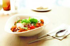 Bolognese Rinderragout, fein geschnittene Zwiebeln, Karotten und hausgemachte Tomatensauce.