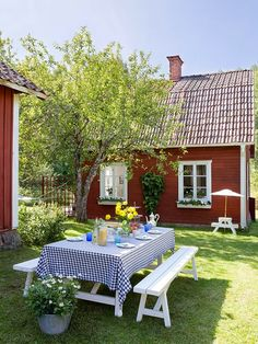 Simple picnic table in the backyard. Love houses that are painted barn red and trimmed in white via Made In Persbo: Idyll vid vackra Hjälmaresund country living Country Farm, Country Life, Country Living, Outdoor Dining, Outdoor Spaces, Outdoor Decor, Outdoor Life, Verge, Red Cottage