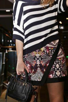 3 Truques para o look com mix de estampas no inverno Blusa listrada preto e branco com saia estampada roxa preto e branco