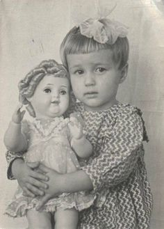 Vintage photo of little girl with her Shirley Temple doll, circa 1940 - Vintage Children Photos, Vintage Girls, Vintage Pictures, Old Pictures, Vintage Images, Vintage Toys, Old Photos, Children Pictures, Antique Photos