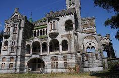 Portugal. Braga.  Castelo da Dona Chica – Braga Começou a ser construído há 100 anos, por ordem de Francisca Peixoto de Sousa. As obras desta mansão levaram décadas até que ficassem finalizadas. E até ficar abandonado, foram inúmeros os proprietários deste castelo.