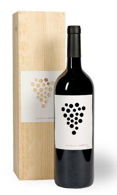 """Maduresa - Bodega Celler del Roure wine / vinho / """"Bordô"""" vasado no papel e a cor do vinho atrás como a cor da fonte"""