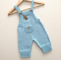 Eerste keer dat ik dit model brei, maar kleur is mijn kleur . Baby Pants Pattern, Baby Boy Knitting Patterns, Baby Sweater Knitting Pattern, Knitting Designs, Baby Patterns, Crochet Baby Pants, Knit Baby Dress, Knitted Baby Clothes, Baby Cardigan