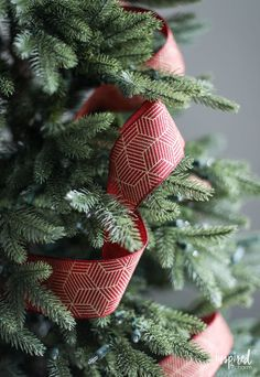 Tips and Tricks for Beautiful Christmas Tree Ribbon +VIDEO Christmas Tree Decorations Ribbon, Christmas Tree Decorating Tips, Pre Lit Christmas Tree, Christmas Tree Themes, Christmas Ribbon, Xmas Tree, Christmas Diy, Christmas 2019, Country Christmas
