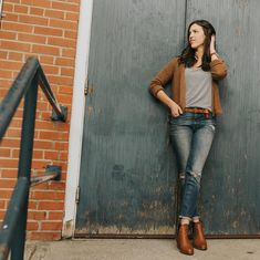 The always inspiring and stylish - wearing The Scoop Raglan. Postpartum Fashion, Girls Wear, Simple Style, How To Look Pretty, Capsule Wardrobe, Street Style, Lifestyle, Stylish, Pants